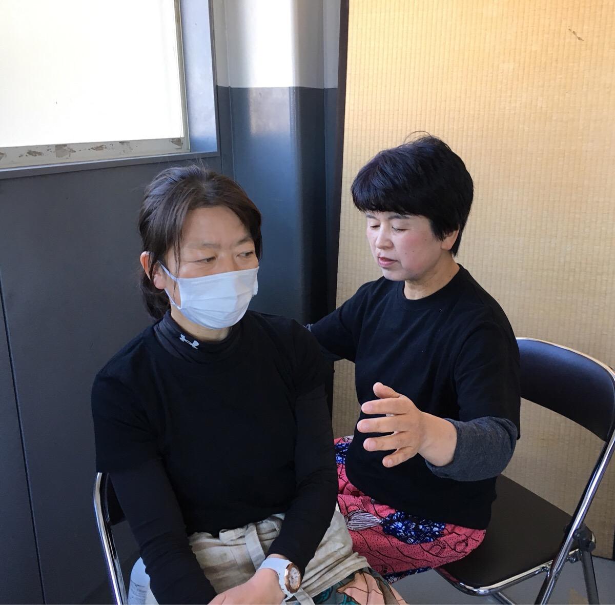 ハンドヒーリングの施療を行う中村さん